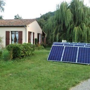 Pose au sol de 14 panneaux solaires