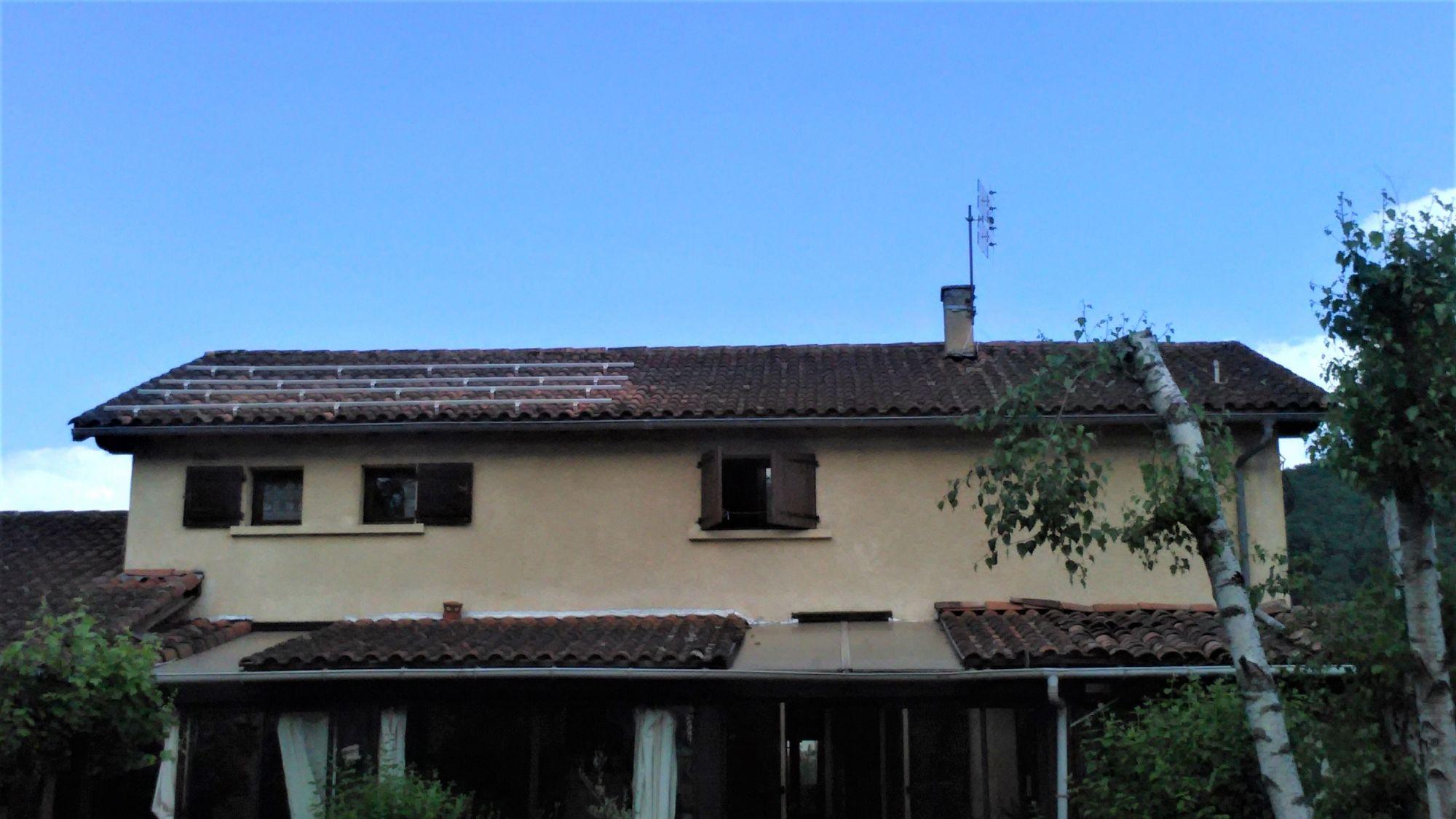 Installation pour une pose de panneaux solaires sur toiture en surimposition